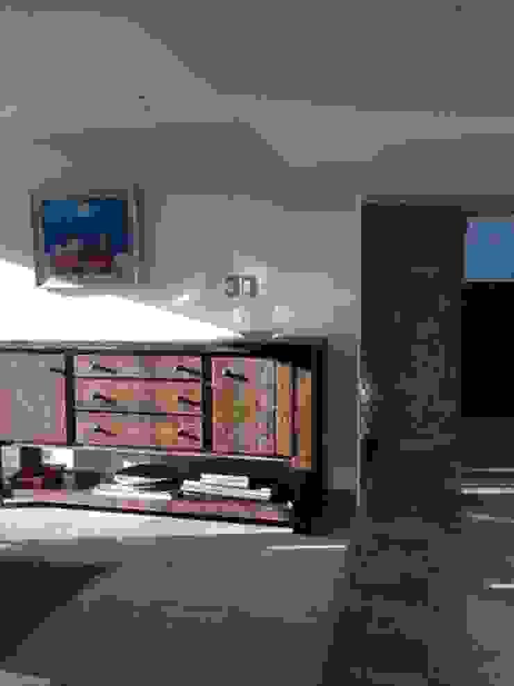 VESTIBULO COMEDOR DESPUES Pasillos, vestíbulos y escaleras modernos de Alejandra Zavala P. Moderno