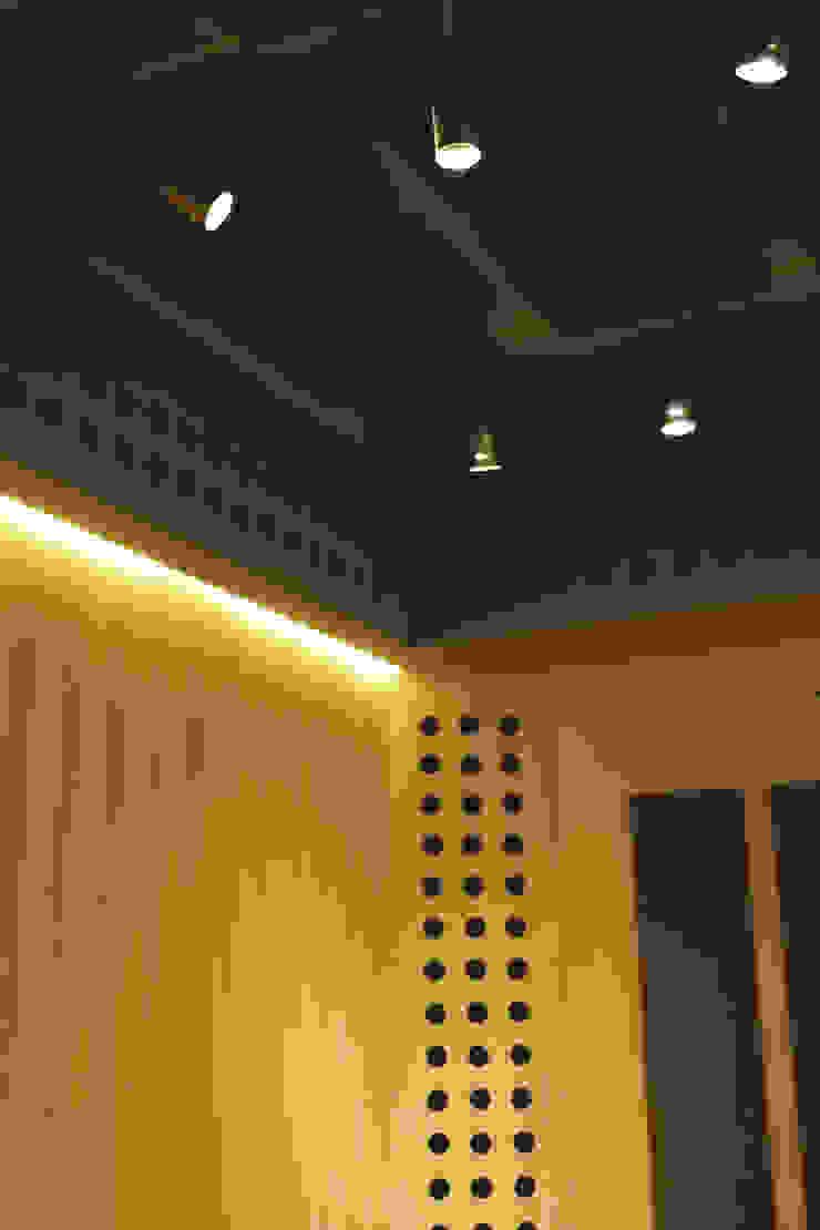 Detalle de iluminación Oficinas y comercios de estilo minimalista de MLL arquitecta Minimalista Madera Acabado en madera