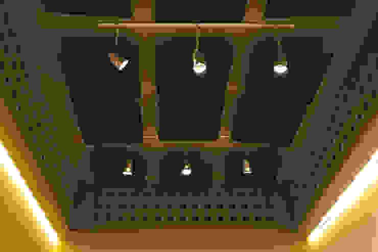 Detalle de iluminación y paneles acústicos Oficinas y comercios de estilo minimalista de MLL arquitecta Minimalista Madera Acabado en madera