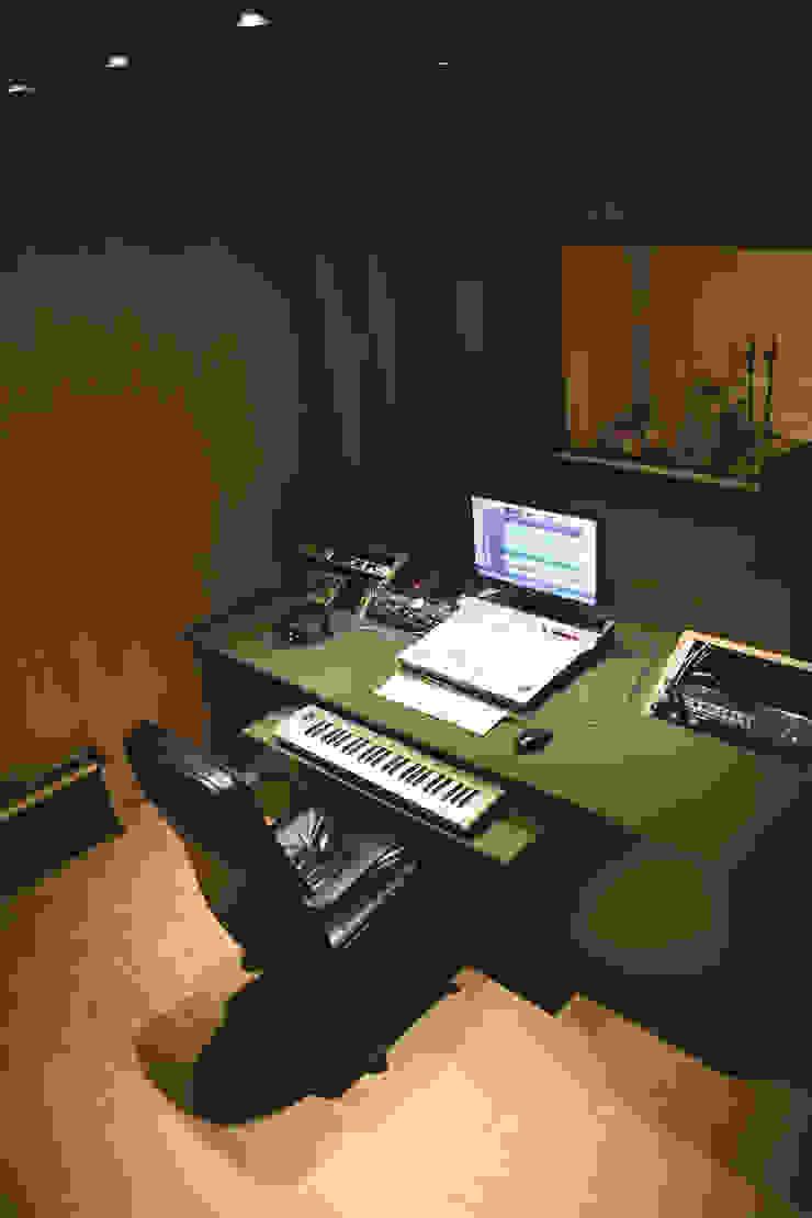 Equipamiento control room Oficinas y comercios de estilo minimalista de MLL arquitecta Minimalista Madera Acabado en madera