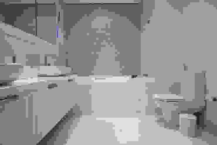 Banheiro Casal Deborah Basso Arquitetura & Interiores Banheiros modernos Cerâmica Branco