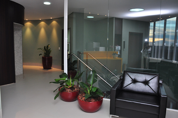 Pasillos, vestíbulos y escaleras de estilo moderno de DERALDO CAMPOS ARQUITETURA & URBANISMO Moderno