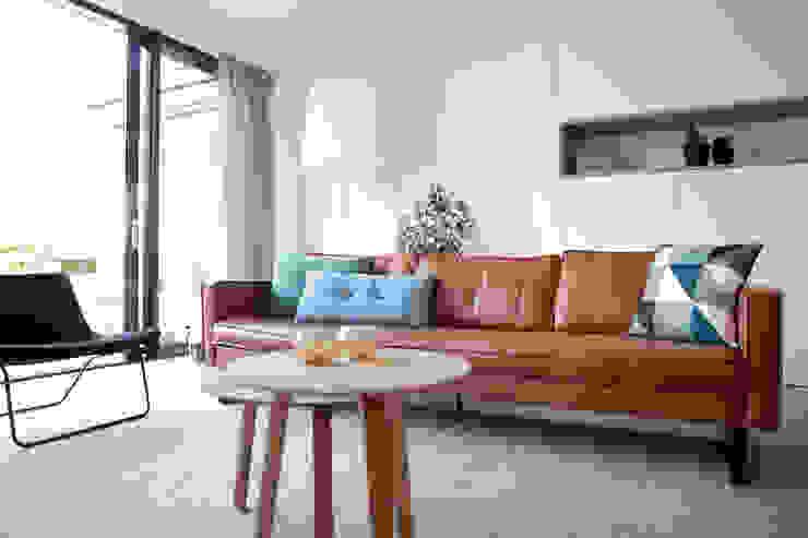 Gerestylde woonkamer in IJburg Moderne woonkamers van Interieur Design by Nicole & Fleur Modern