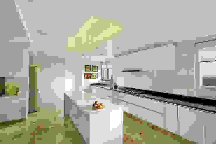 Kitchen by Dipen Gada & Associates, Modern