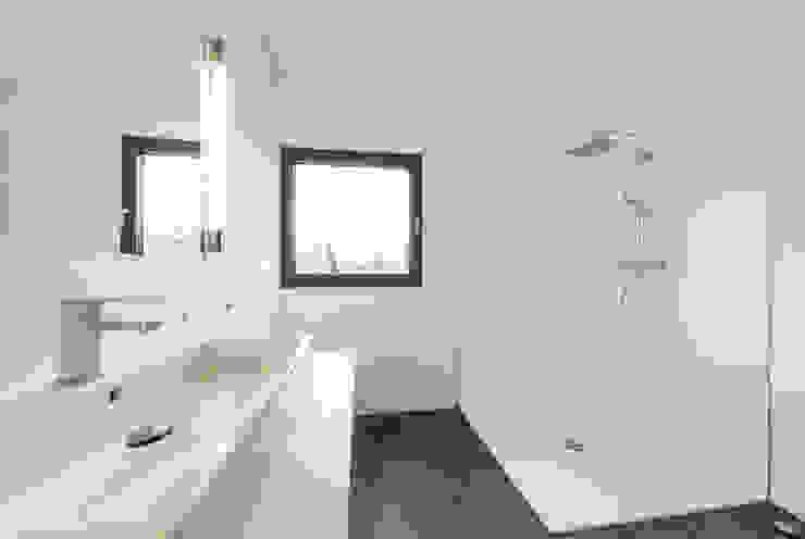 Minimalistische badkamers van Helwig Haus und Raum Planungs GmbH Minimalistisch