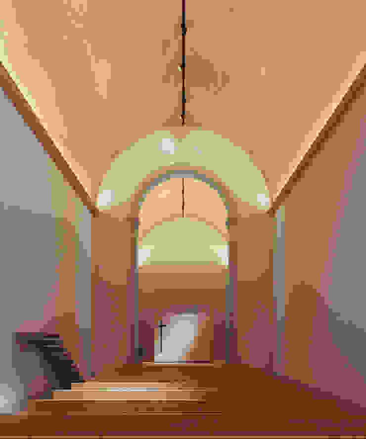 Recuperação do Antigo Colégio de Aldeia da ponte Corredores, halls e escadas minimalistas por David Bilo | Arquitecto Minimalista Madeira Acabamento em madeira