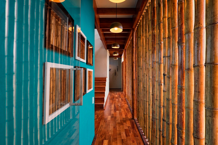 Rustic style corridor, hallway & stairs by YUPANA Arquitectos Rustic Bamboo Green