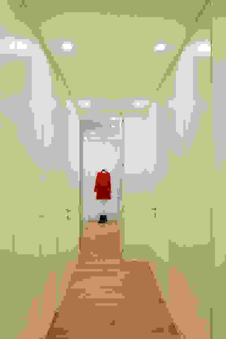 Trastevere House Arabella Rocca Architettura e Design Ingresso, Corridoio & Scale in stile minimalista