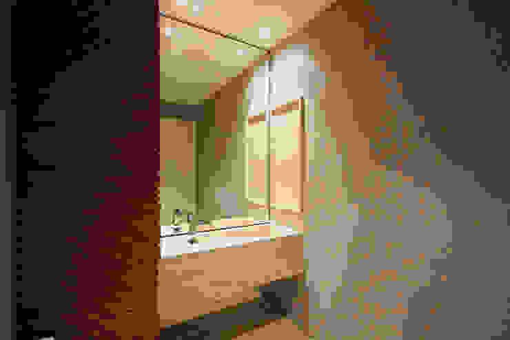 a F:POLES ARQUITETOS ASSOCIADOS Modern bathroom