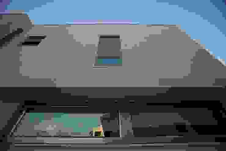 Pormenor pala e vãos por AlexandraMadeira.Ac - Arquitectura e Interiores Moderno