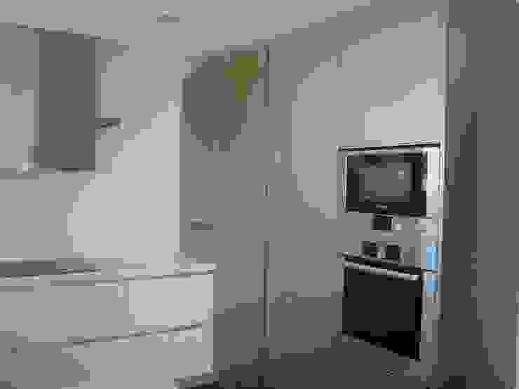Cozinha lacada por AlexandraMadeira.Ac - Arquitectura e Interiores Moderno