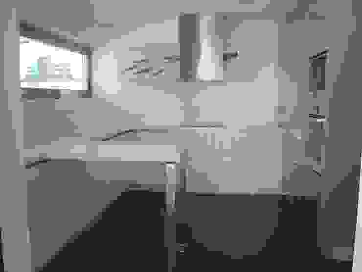 Cozinha pequena com mesa de apoio em Corian por AlexandraMadeira.Ac - Arquitectura e Interiores Moderno