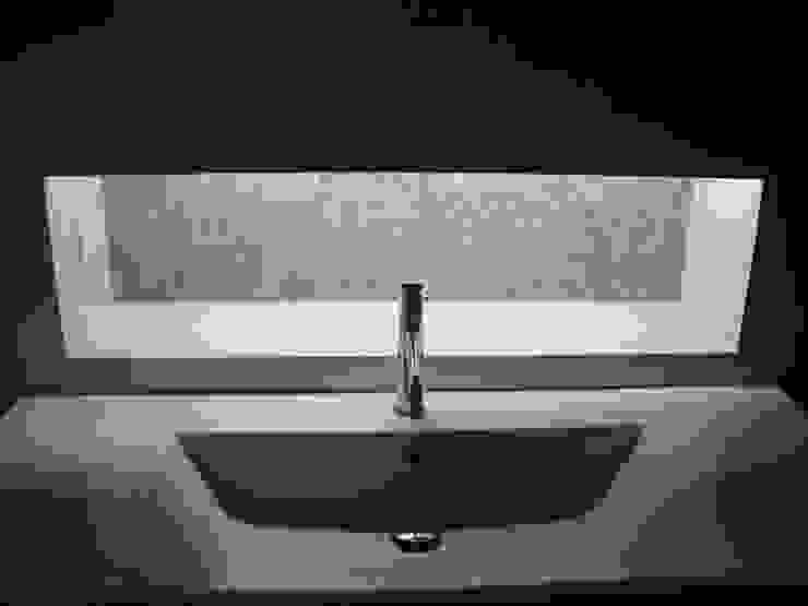 Lavatório e nicho iluminado forrado a pastilha Sicis Casas de banho modernas por AlexandraMadeira.Ac - Arquitectura e Interiores Moderno