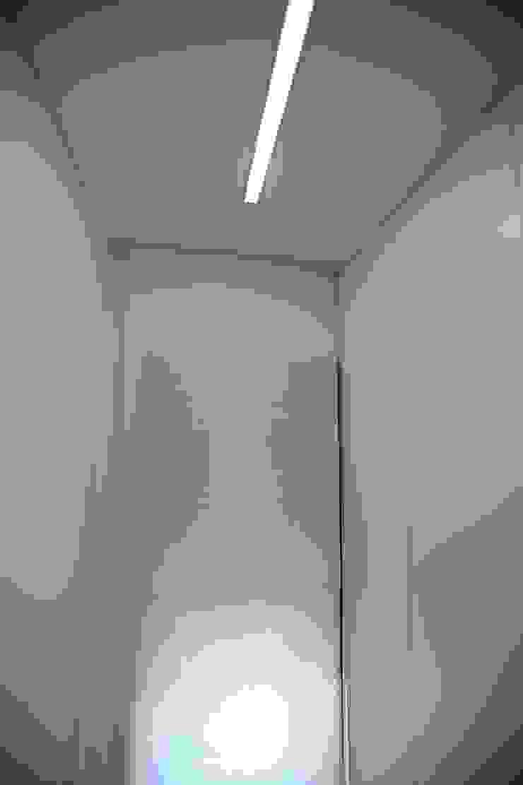 Iluminação de Closet do quarto principal Closets modernos por AlexandraMadeira.Ac - Arquitectura e Interiores Moderno