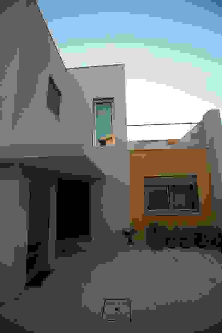 Fachada tardoz por AlexandraMadeira.Ac - Arquitectura e Interiores Moderno