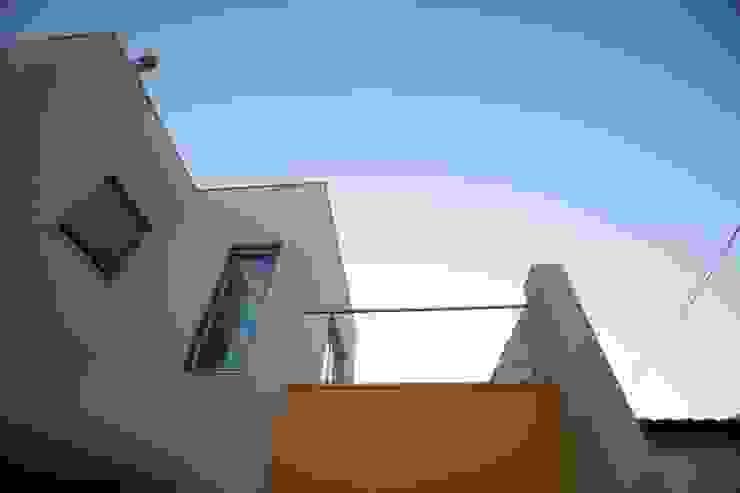 Varanda da suite por AlexandraMadeira.Ac - Arquitectura e Interiores Moderno
