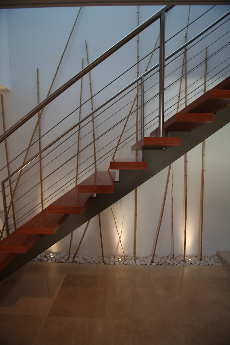 Escada em ferro e madeira por AlexandraMadeira.Ac - Arquitectura e Interiores Moderno
