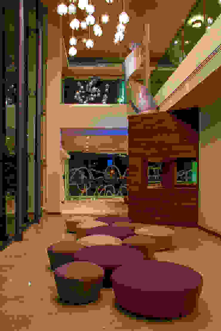 Arriaga Pasillos, vestíbulos y escaleras modernos de DIN Interiorismo Moderno