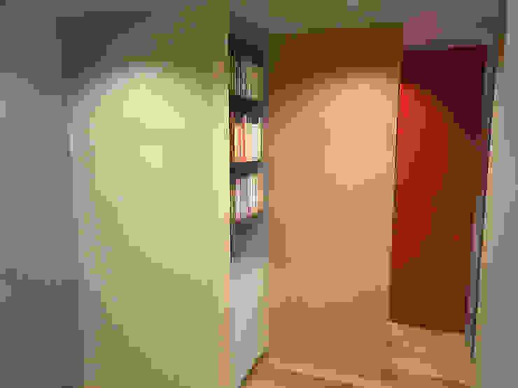 Casa Luju Pasillos, vestíbulos y escaleras modernos de DIN Interiorismo Moderno