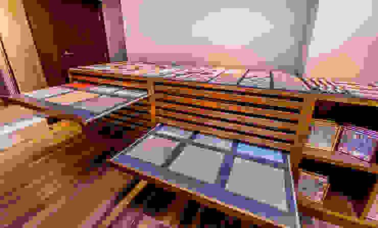 Mueble expositor a medida Espacios comerciales de estilo clásico de Apersonal Clásico Madera Acabado en madera