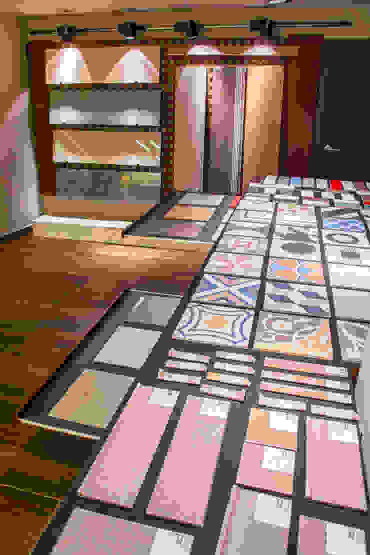 Expositor para cerámica Espacios comerciales de estilo clásico de Apersonal Clásico Madera Acabado en madera