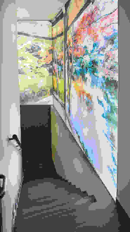Fotografía retroiluminada de grandes dimensines en la escalera Espacios comerciales de estilo ecléctico de Apersonal Ecléctico