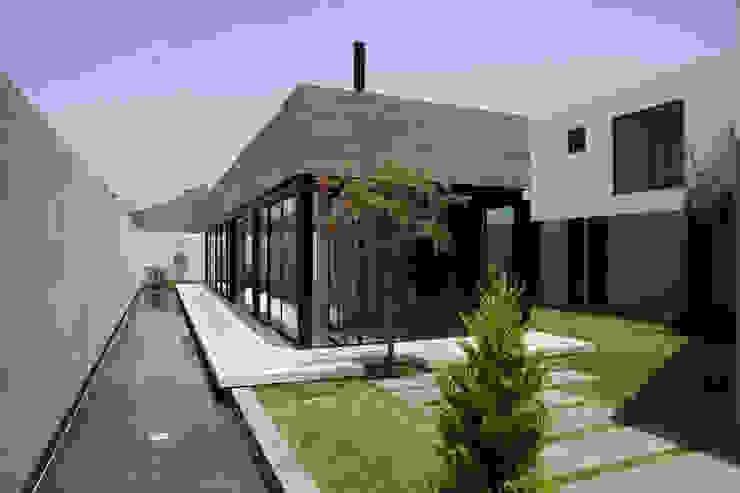 CASA RODEADA: Casas de estilo  por NIKOLAS BRICEÑO arquitecto, Moderno