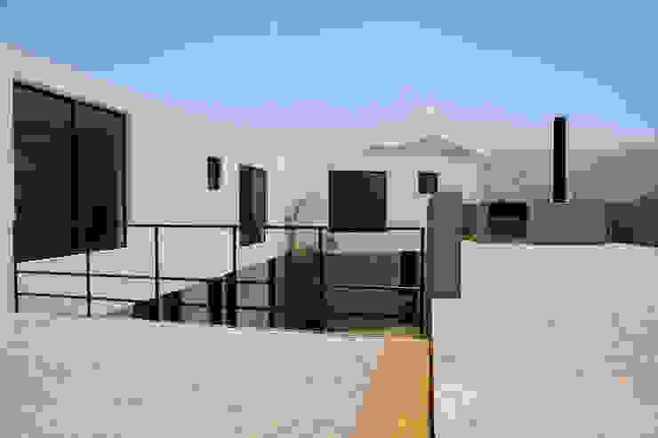CASA RODEADA Casas modernas: Ideas, diseños y decoración de NIKOLAS BRICEÑO arquitecto Moderno