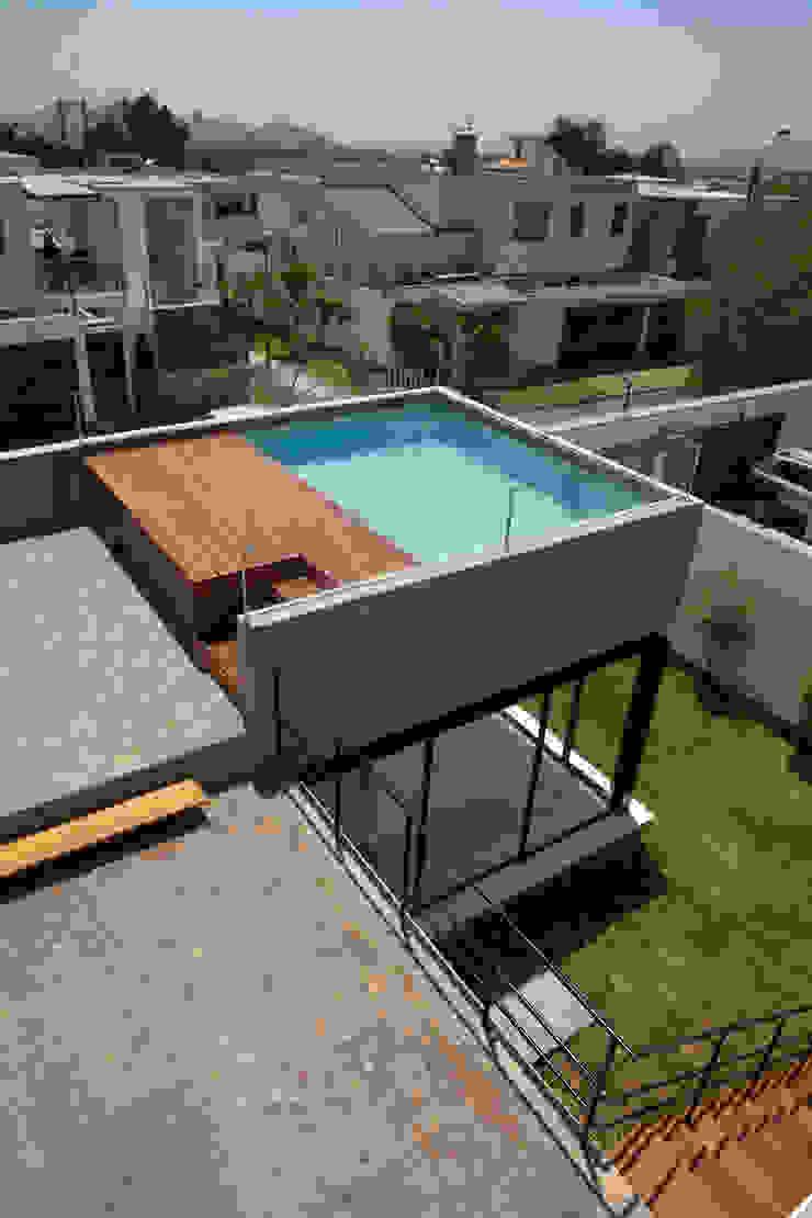 Case moderne di NIKOLAS BRICEÑO arquitecto Moderno