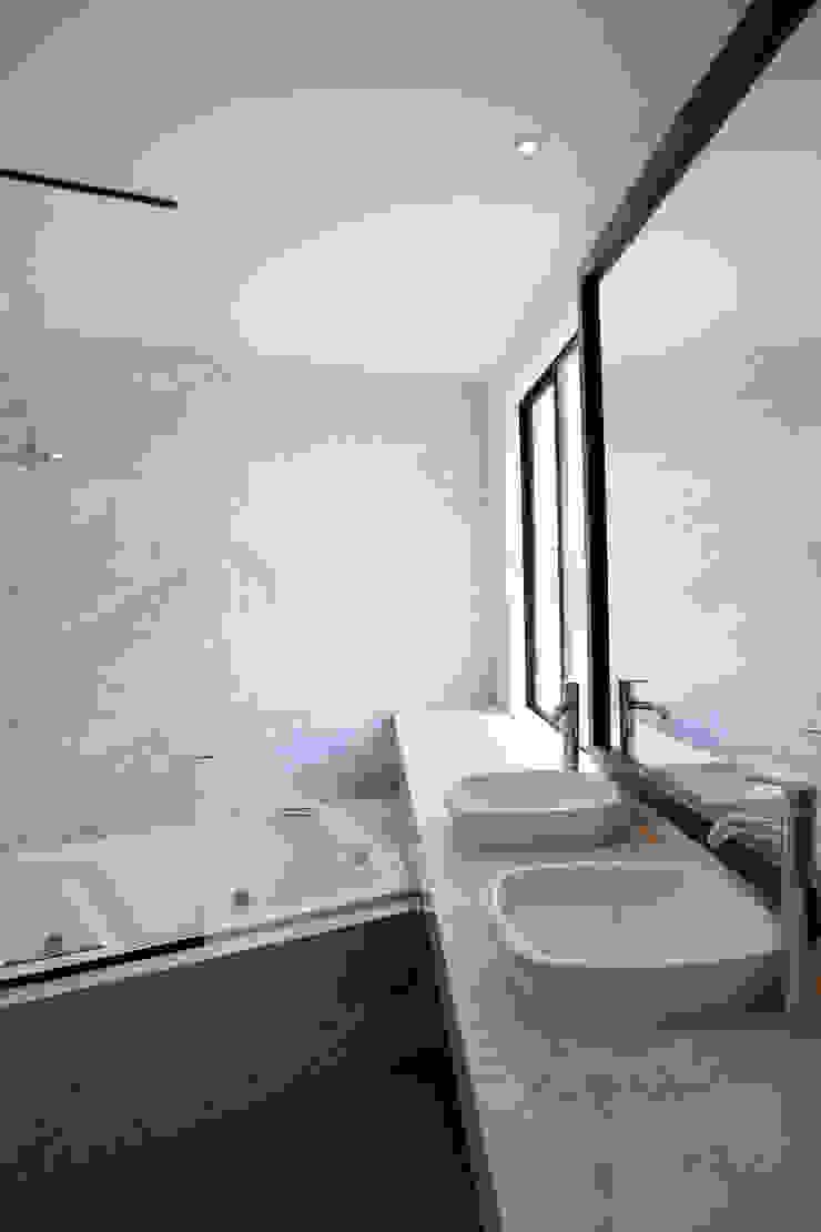Moderne Badezimmer von NIKOLAS BRICEÑO arquitecto Modern