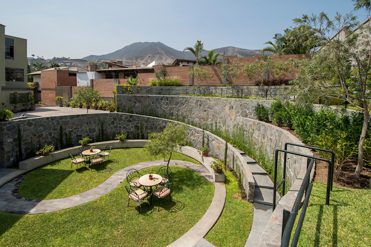 JARDIN COLISEO DE GALLOS NIKOLAS BRICEÑO arquitecto Jardines de estilo moderno
