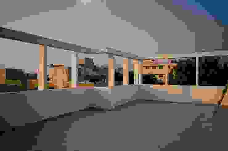 Balkon, Beranda & Teras Modern Oleh BETWEENLINES Modern