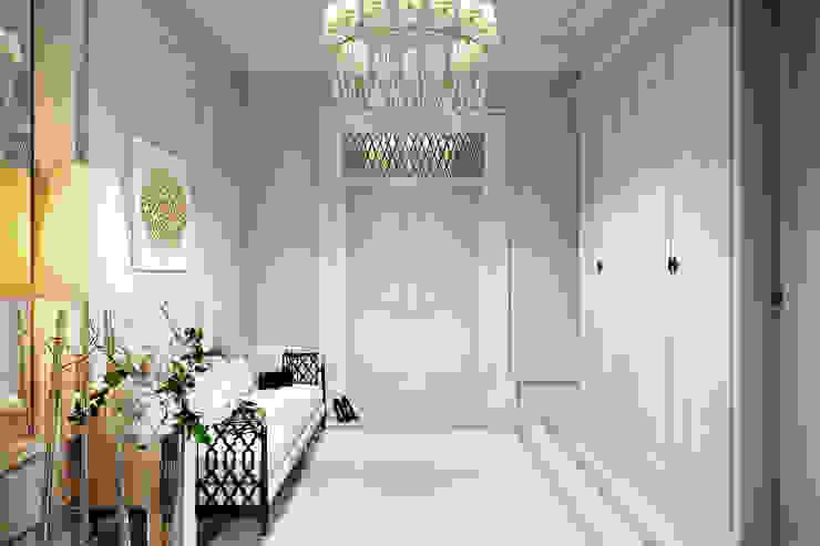 Pasillos, vestíbulos y escaleras de estilo clásico de Александра Клямурис Clásico