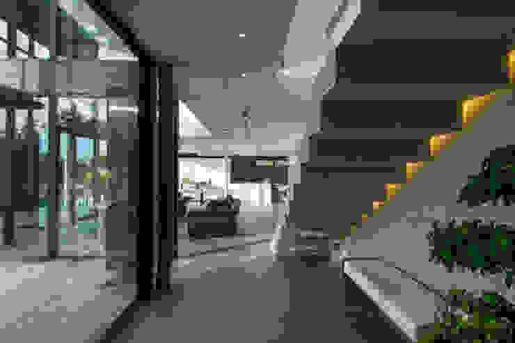 Nowoczesny korytarz, przedpokój i schody od didier becchetti architectes Nowoczesny