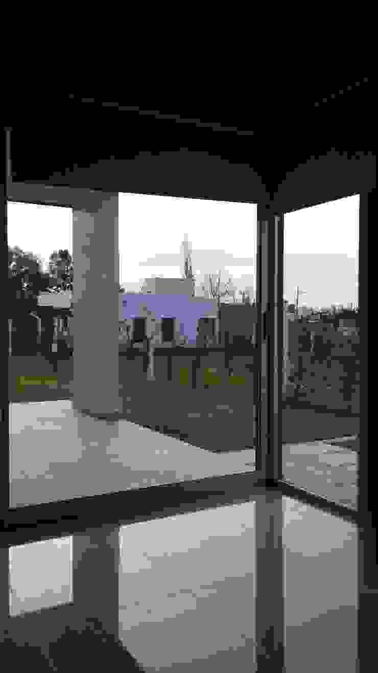 Vivienda RC Puertas y ventanas modernas de Marina Alvear Arquitecta Moderno