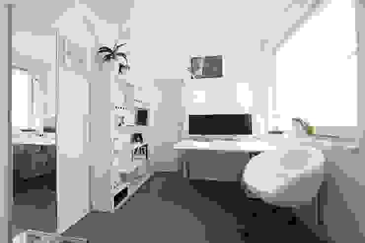 Minimalistische studeerkamer van nadine buslaeva interior design Minimalistisch