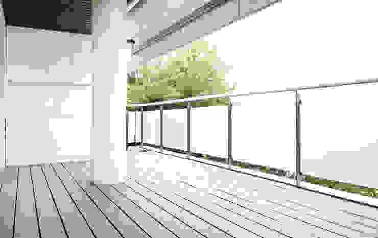Terrace + teppanyaki Balcones y terrazas de estilo moderno de acertus Moderno Compuestos de madera y plástico