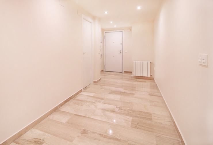 Hall Pasillos, vestíbulos y escaleras de estilo moderno de acertus Moderno