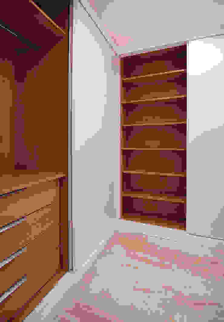 Moderne Ankleidezimmer von acertus Modern Holz Holznachbildung