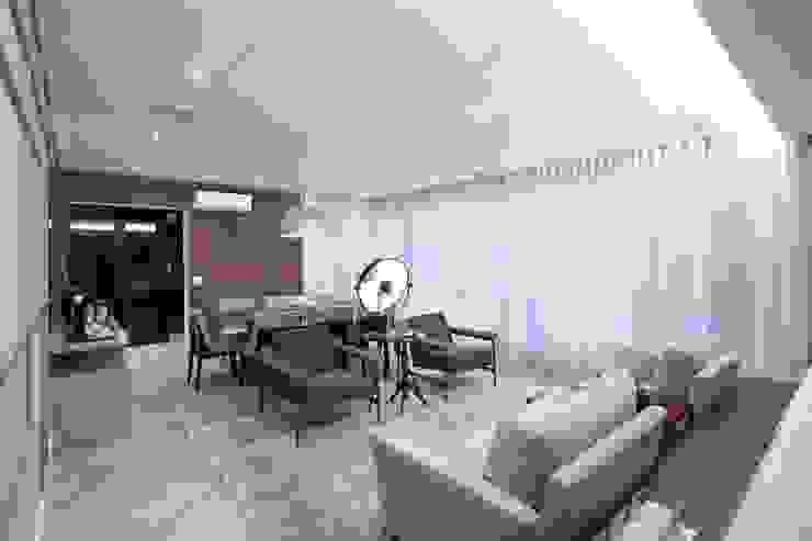Moderne woonkamers van Elementhos Interiores + Arquitetura Modern
