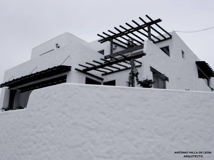 Nhà phong cách thực dân bởi Antonio Milla De León Arquitecto Thực dân