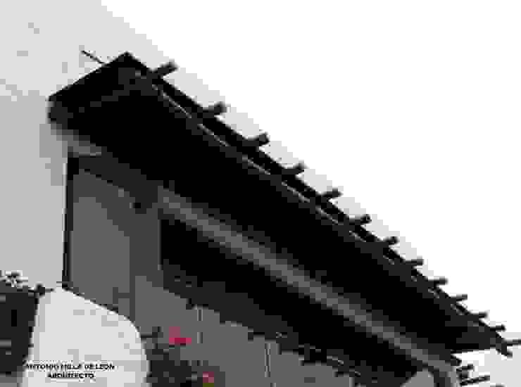 Balcones y terrazas eclécticos de Antonio Milla De León Arquitecto Ecléctico