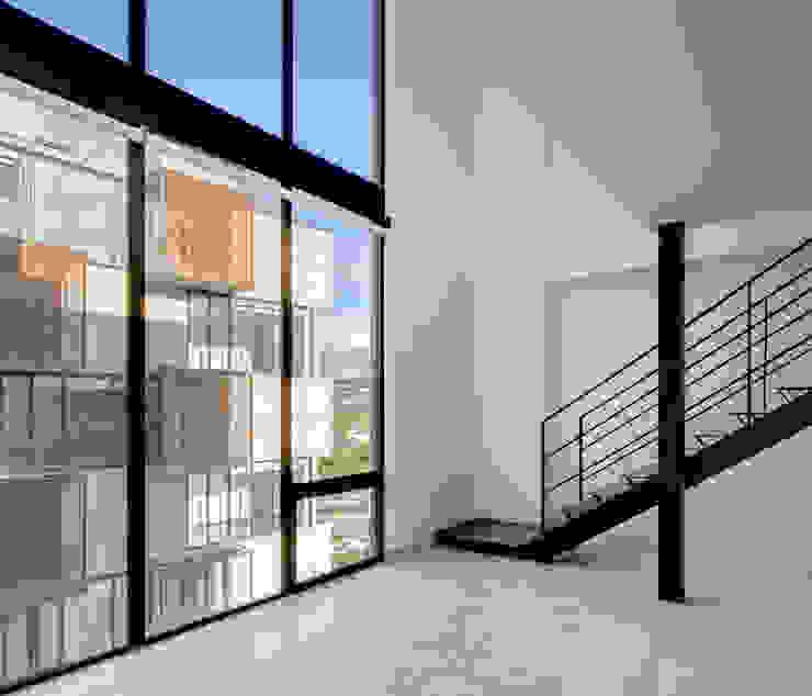 Salones de estilo moderno de Miguel de la Torre Arquitectos Moderno