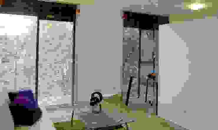Aloja Salas modernas de OM arquitectura & Urbanismo Moderno