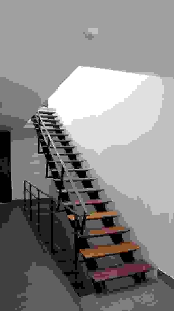 Aloja Pasillos, vestíbulos y escaleras de estilo moderno de OM arquitectura & Urbanismo Moderno