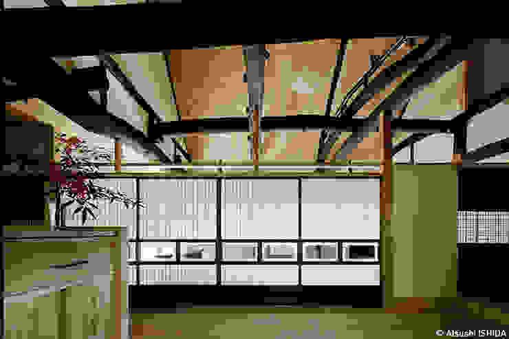 sya 古民家再生: 西本建築事務所 一級建築士事務所が手掛けたダイニングです。,クラシック