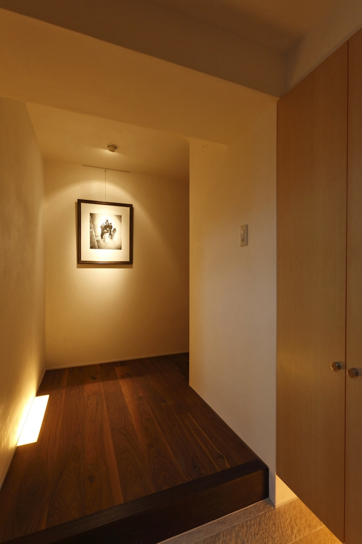 Modern Corridor, Hallway and Staircase by アーキシップス古前建築設計事務所 Modern Solid Wood Multicolored