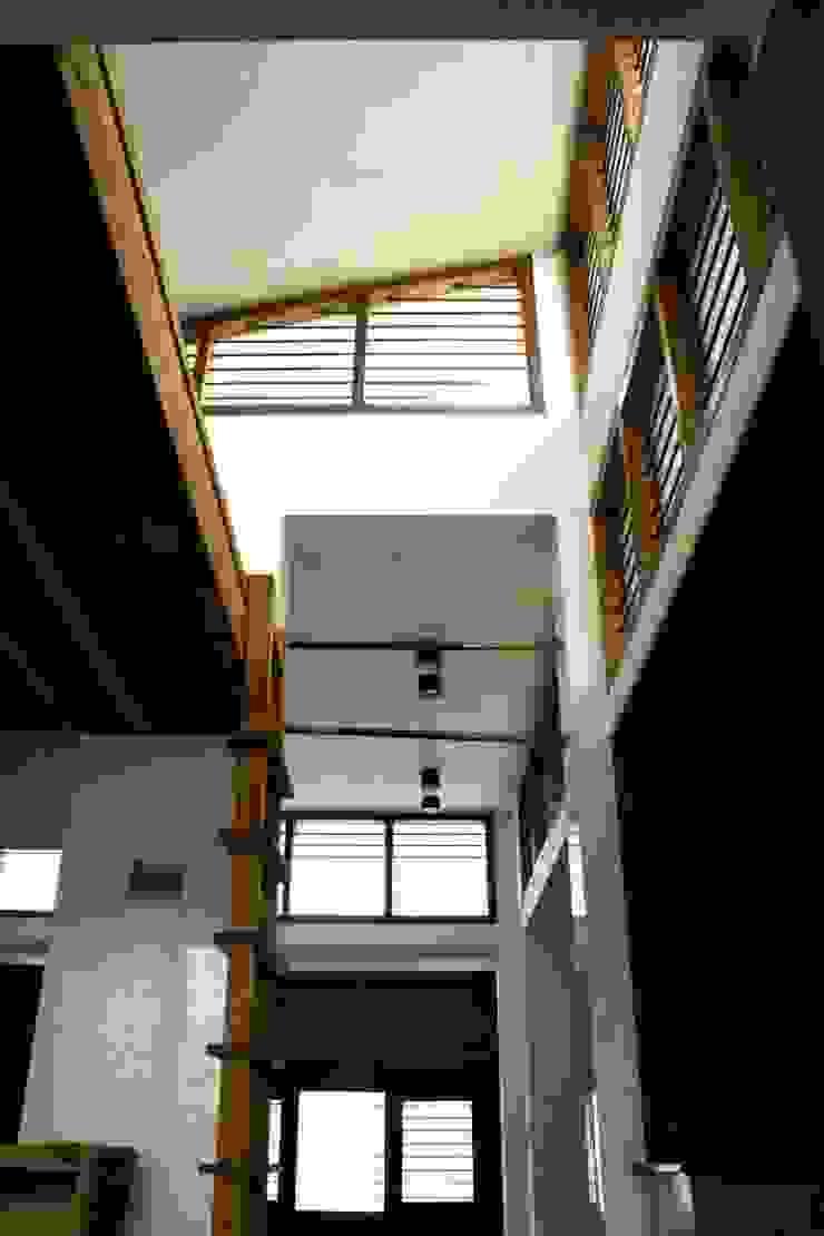 Walk- way Modern corridor, hallway & stairs by BETWEENLINES Modern