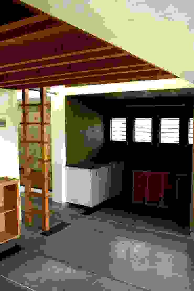 Kitchenette Modern kitchen by BETWEENLINES Modern
