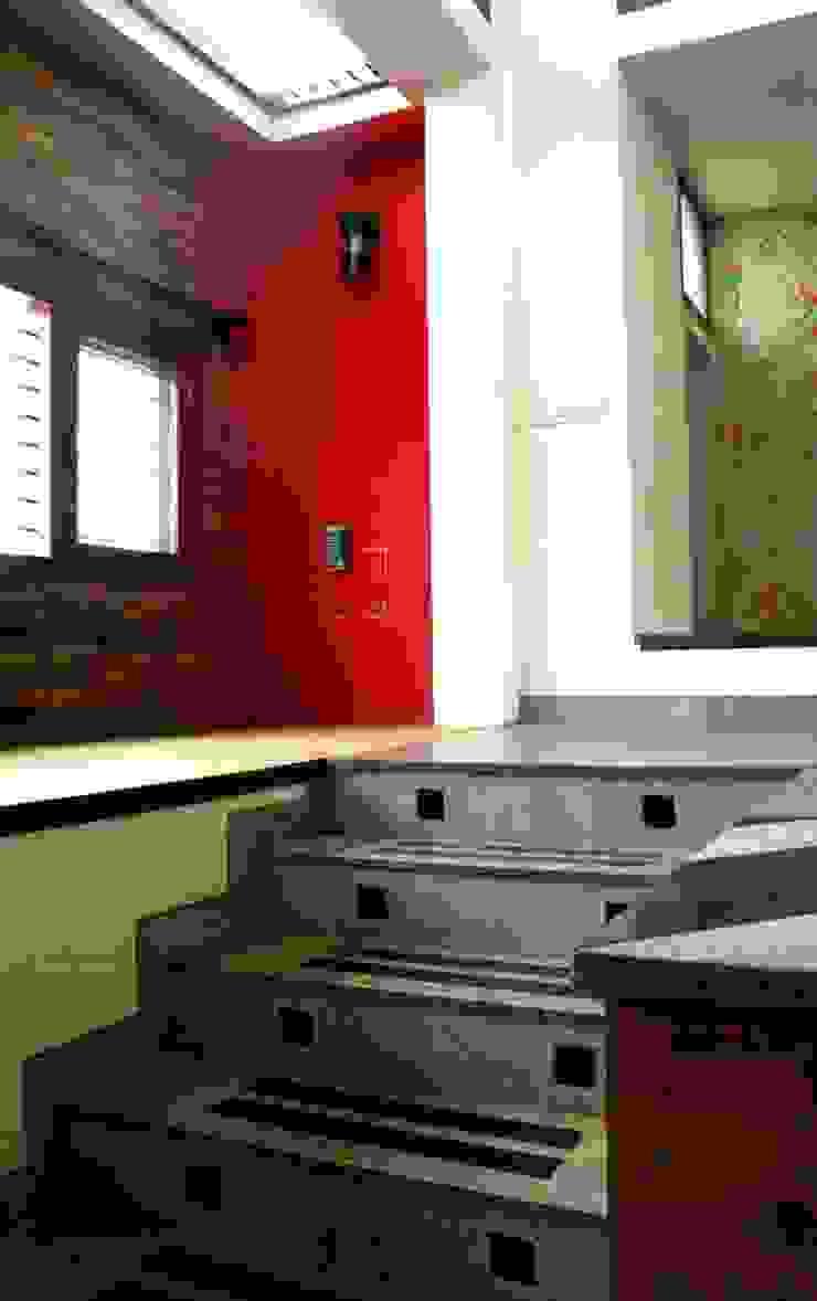 Entry Steps Modern living room by BETWEENLINES Modern